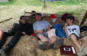 Dimitar (lijevo) iz Zelenate arke iz Makedonije, bosanski permakulturist Vojin (desno), koji se sprema na gradnju Earthship kuće u Bosni i naš Goran Hanžek (u sredini) koji se isto na svašta sprema :P